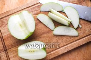 У яблока удалите сердцевинку и нарежьте его ломтиками. Можно удалить кожицу, но я, например, люблю готовить с ней!