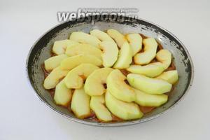 В готовую карамель добавляем эссенцию ванили, сверху выкладываем яблоки.