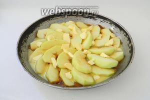 На яблоки выкладываем небольшие кусочки сливочного масла.