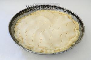 Выкладываем тесто на форму для выпечки, лишнее обрезаем и края теста подворачиваем под яблоки. Сверху так же тесто должно плотно прилегать к яблокам.