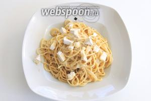 Спагетти с Горгонзолой и Бри подаём с остальной половиной нарезанных на кубики сыров. Приятного апетита!