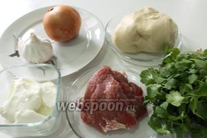 Для супа кашык хенгель нам понадобятся: пельменное тесто, бульон, кинза, натуральный йогурт, чеснок и соль.