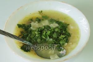Готовый кашык хенгель разлить в глубокие пиалы, сверху посыпать зеленью, а в центр положить столовую ложку соуса.