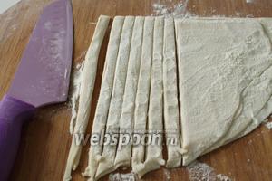 Острым, широким ножом нарезать тесто на тонкие, вертикальные полоски.