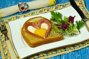 Яичница в виде сердца в хлебе