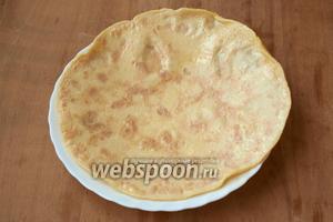 Испечь омлетный блинчик. Если сковорода большая, то получится один блин, если маленькая, то два. Выложить его на тарелку чтобы остыл.