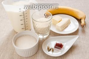 Подготовить необходимые продукты: молоко, сливочное масло, сахар, манную крупу, банан, шафран и кардамон.