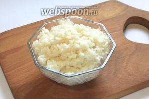 Заправить этой смесью рис, перемешать и дать остыть.