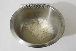 В чашу миксера выливаем растворенные дрожжи, добавляем щепотку соли и муку.