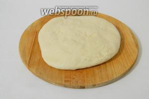 Подошедшее тесто сегка обминаем и растягиваем в пласт.