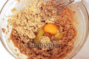 По одному добавить яйца, взбивая после каждого. Важно, чтобы масло и яйца были одной температуры.