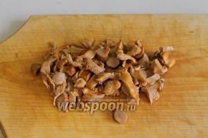 Для второго пирога я сделала начинку из лисичек, тушёных с луком. Лисички порезать — можно взять замороженные, свежие или солёные грибы, у меня солёные - их нужно хорошо промыть.