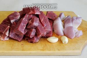 Приготовить фарш. Мясо и лук крупно порезать для измельчения в комбайне, очистить чеснок.