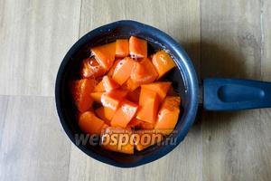 Нарезанную тыкву заливаем водой, так чтобы она слегка покрыла тыкву. Варим до готовности 10-15 минут. Солим и перчим по вкусу.