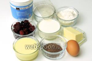 Подготовим ингредиенты: творог (масса) полужирный или обезжиренный, сливки не менее 25% жирности, желатин в пластинах, муку, замороженные лесные ягоды, сахар, масло комнатной температуры, яйца, какао-порошок, сгущённое молоко.