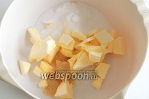 Кладём вместе нарезанное на куски масло, щепотку соли, сахар и ванильный сахар.