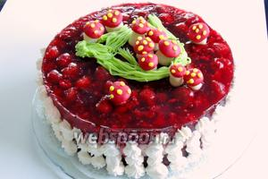 Украсим торт грибочками с травкой. Бока оформим взбитыми сливками (15 шаг) при помощи кулинарного мешка с насадкой. И зовём гостей угощаться тортом «Красная шапочк». Приятного аппетита!