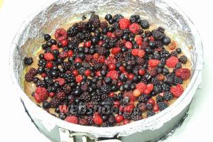 Распределим ягоды сверху на тесто с какао. Выпекаем в заранее разогретом духовом шкафу при 180°С около 40 минут. Остудим на решётке.