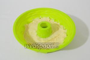 Выкладываем тесто в силиконовую форму для выпечки.