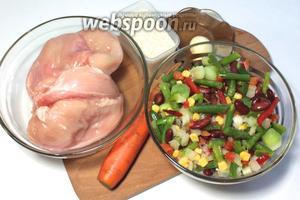 Для приготовления нам понадобятся куриное филе, рис, морковь, смесь овощей, соль, оливковое масло, соевый соус, приправа для курицы, чеснок.