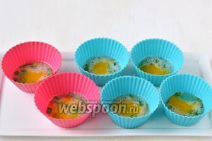 В центр белковой массы выложить по полной чайной ложке желтковой массы. Слои повторять в такой очерёдности несколько раз, пока не закончатся смеси.