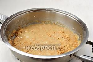 Влить горячее молоко порциями в горячую муку, постоянно помешивая.