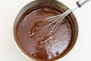 И вновь хорошо перемешаем венчиком. Шоколадная масса станет  жидкой.