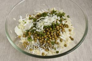 Добавить измельченную зелень, мелко нарезанный репчатый лук. Посолить, добавить немного сахара для баланса вкуса.
