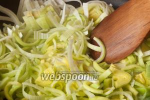 Обжарить лук-порей на смеси 1 ст. л. подсолнечного масла с 10 граммами сливочного. Сильно зажаривать не нужно. Переложить лук в кастрюлю.