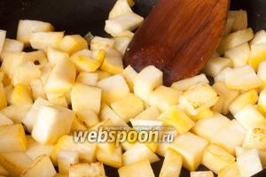 Также обжарить очищенные и нарезанные небольшими кубиками репу и картофель.