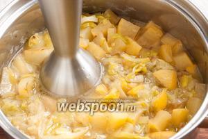 При помощи блендера измельчить овощи в пюре. Добавить сливки, перемешать, ешё раз довести до кипения (осторожно, сильно «стреляет»!).