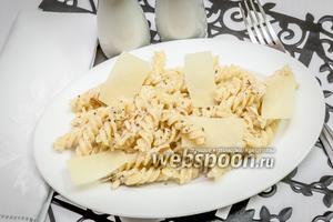 Фузилли со сливочным соусом и миндалём