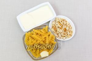 Для приготовления нам понадобятся: макароны фузилли, нарезанный миндаль, чеснок, сыр сливочный.