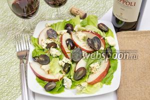 Салат с грушей, голубым сыром и виноградом