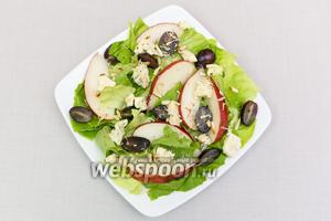 К листьям салата добавим грушу, нарезанные виноград и сыр. Польём заправкой и присыпем орехами. У меня миндаль. Орехами можно не присыпать. Салат готов. Приятного аппетита!