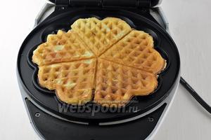 Выкладывать в подготовленную вафельницу по 4-5 столовых ложек теста и выпекать приблизительно 2 минуты до готовности.