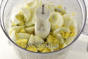 Добавить порезанные яйца в яичный соус.