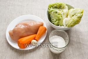 Подготовить основные продукты: куриное филе, морковь, зубчик чеснока, сливки, лук-порей.
