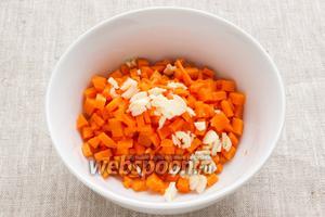 Морковь нарезать мелкими кубиками. У чеснока удалить внутренний росток, если он имеется. Чеснок измельчить.