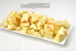 Яблоки очистить и порезать средними кусочками.
