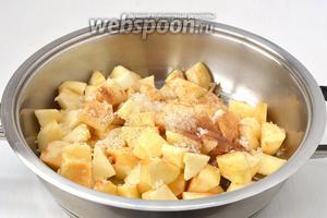Обжарить яблоки на сливочном масле с добавлением 1 столовой ложки сахара и корицей (2-3 минуты).