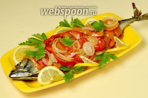 Вместе с овощами перекладываем на блюдо, подаём горячей, добавив лимон и зелень.