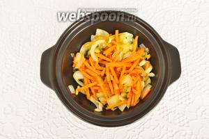 Кладём морковь и тоже немного обжариваем.