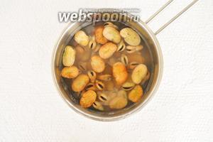Замоченные бобы увеличатся в 2 раза. Промыть их холодной водой и поставить варить на 1 час.