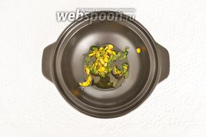 В тажин влить оливковое масло и слить соус от маринования рыбы. Поставить на огонь.