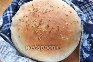Поставьте в духовку ёмкость со льдом или водой и выпекайте хлеб 25-35 минут. До появления золотистого цвета и пустого звука при постукивании по корочке. Выньте хлеб из духовки, остудите на столе в течение 1 часа и подавайте к столу. Приятного аппетита!