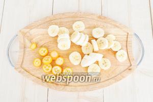 Бананы и кумкват нарезать кольцами.
