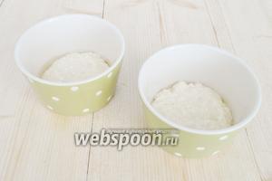 Порционные рамекины смазать растительным маслом и заполнить на треть творожной массой.