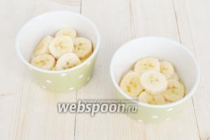 Выложить слой из банановых колечек.
