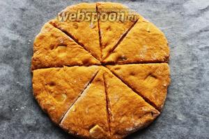 Разделить тесто на «колобки». Раскатать на пергаменте в круг. Сделать насечки, но до конца не разрезать. Перед выпечкой, можно смазать сливками, для золотистости.
